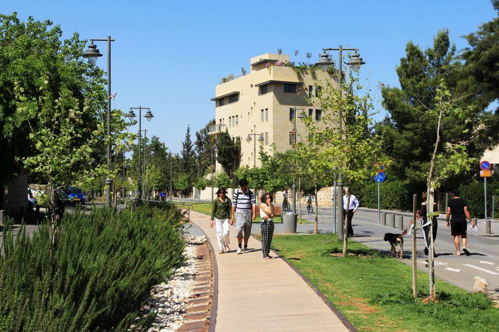 קידום קיימות עירונית במטרופולין ירושלים, החצוי בין שתי אוכלוסיות לאומיות במאבק
